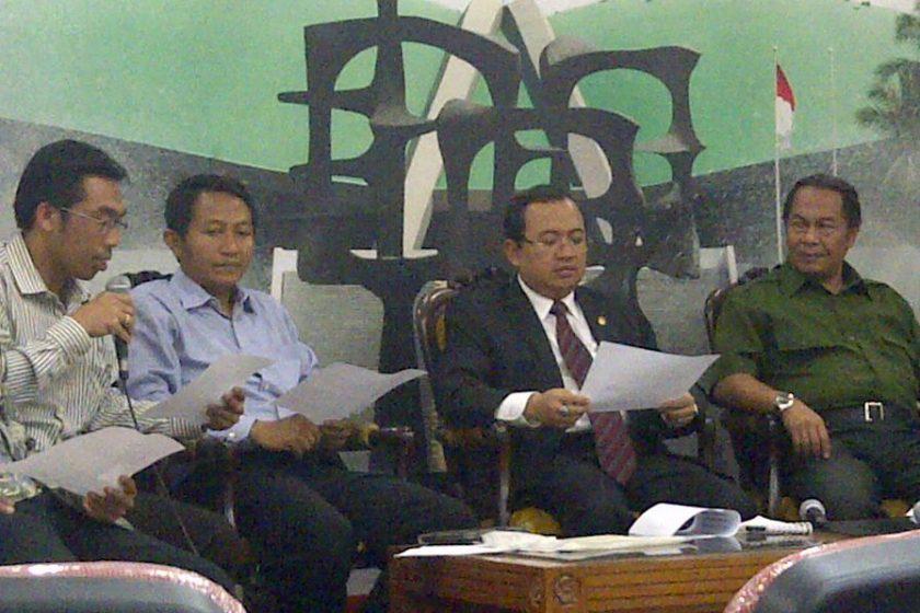 Wakil Ketua DPR RI, Priyo Budi Santoso (kkedua dari kanan) menggelar konferensi pers soal kekerasan terhadap kelompok Rohingya setelah menerima para cendekiawan lintas agama di Jakarta, Kamis (16/8). [SP/Gusti Lesek]