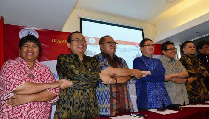 Sejumlah tokoh lintas agama bergandeng tangan pada acara diskusi soal Pancasila yang digelar Ikatan Cendekiawan Hindu Indonesia (ICHI) di Jakarta. (Toga)