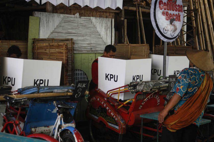 Warga menggunakan hak pilih di Tempat Pemungutan Suara (TPS) 10 Kampung Cinderejo, Solo, Jawa Tengah, Rabu (17/4/2019). Sumber: beritasatu.com