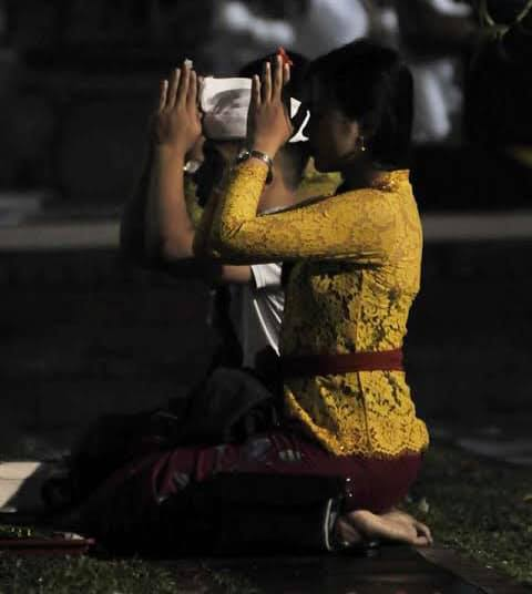 Ilustrasi Sembahyang Umat Hindu