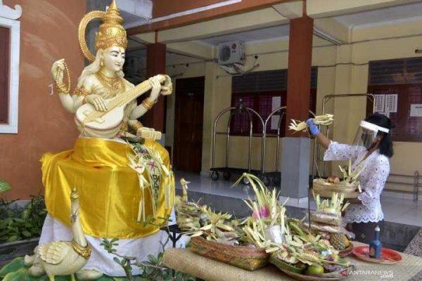 Ilustrasi Sembahyang Hari Raya Saraswati (Sumber: https://travel.tempo.co/)